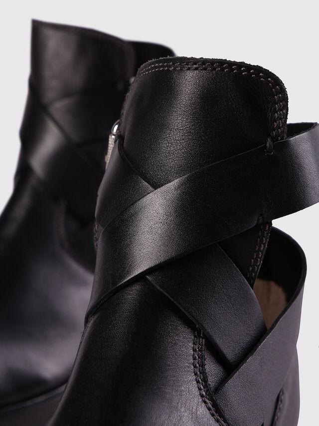D-KOMB BOOT FOB, Black Leather